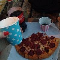 Снимок сделан в Pizza Hut пользователем Tanya K. 4/13/2016