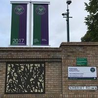 Das Foto wurde bei Wimbledon Lawn Tennis Museum von Ahenk D. am 9/11/2017 aufgenommen