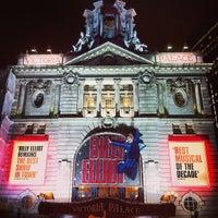 Photo prise au Victoria Palace Theatre par Tandy C. le2/13/2013