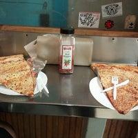 Das Foto wurde bei Jumbo Slice Pizza von Mo G. am 12/30/2012 aufgenommen