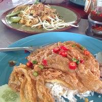 Photo taken at ร้านติ๊ด ผัดไทกุ้งสด by จิราพร ศ. on 8/26/2014