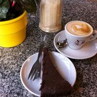 Photo taken at Espresso am Viktualienmarkt by Clau🌷 on 11/10/2012