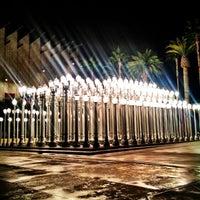 12/17/2012 tarihinde Isabella K.ziyaretçi tarafından Urban Light at LACMA'de çekilen fotoğraf