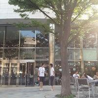 Das Foto wurde bei Tsutaya Tokyo Roppongi von miyapy am 7/28/2013 aufgenommen