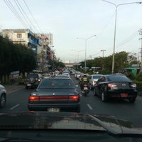 Photo taken at สะพานข้ามเข้าเขตสะพานสูง by Winai N. on 10/31/2012