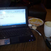 Photo taken at Gloria Jean's Coffee by Hesty F. on 11/18/2012