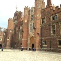 Foto tomada en Hampton Court por Juli F. el 4/24/2013