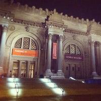 12/10/2012 tarihinde Neue Galerie N.ziyaretçi tarafından Metropolitan Museum Steps'de çekilen fotoğraf