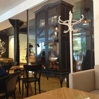 Снимок сделан в Кофейный дом LONDON пользователем Lena L. 8/24/2013