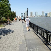 Photo prise au Battery Park City Esplanade par Vivi H. le6/15/2013