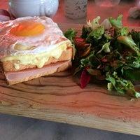 Foto tirada no(a) Maison Paulette Café por Yoshimi G. em 7/3/2014