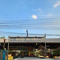 Photo taken at ตลาดโต้รุ่ง by Aquapatindra V. on 6/6/2016