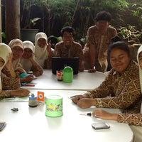 Photo taken at Resto Kampoeng by Mutiara S. on 3/2/2013