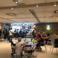 6/21/2018 tarihinde Thor E.ziyaretçi tarafından burger joint new york'de çekilen fotoğraf