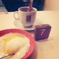 Photo taken at Ya Kun Kaya Toast 亞坤 by Wan-Peng M. on 12/20/2012