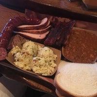 Das Foto wurde bei Pinkerton's Barbecue von Heath B. am 8/11/2018 aufgenommen