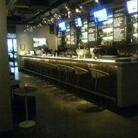 Foto tirada no(a) KOI Restaurant & Gallery por Regina W. em 12/26/2012