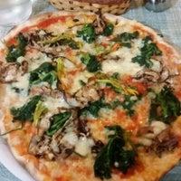 Foto tomada en Pizzeria Ruota por Chris R. el 7/17/2016