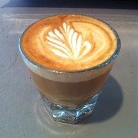 Foto tomada en Little Amps Coffee Roasters por Lauren B. el 8/9/2014