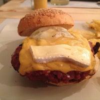 Снимок сделан в Onion Burger Studio пользователем Quique V. 6/1/2013