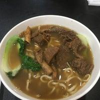 Foto tomada en Lan Zhou Handmade Noodle & Dumpling por Amanda L. el 10/21/2017