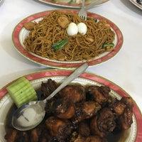 Photo taken at Kios Baru Chinese Food by Hellen . on 7/8/2017