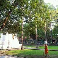 Foto tirada no(a) Wat Phra Singh Waramahavihan por look L. em 2/25/2013