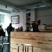Foto tomada en Pushcart Coffee por Oonline el 11/15/2012
