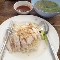 Photo taken at ข้าวมันไก่ตอน พัฒนาการ 53 by Nunickie E. on 10/18/2012