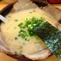 Photo taken at 博多ラーメン 長浜や 新大久保店 by Genna K. on 7/30/2013