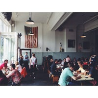 8/10/2013 tarihinde Corbin L.ziyaretçi tarafından Oddfellows Cafe & Bar'de çekilen fotoğraf