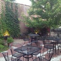 6/9/2013 tarihinde Chase W.ziyaretçi tarafından Weegee's Lounge'de çekilen fotoğraf