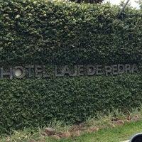Foto tirada no(a) Laje de Pedra Resort Hotel por Camila S. em 12/14/2012