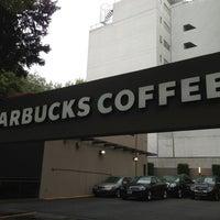 Foto tomada en Starbucks por Orlando el 3/15/2013