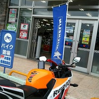 Photo taken at バイクワールド りんくうシークル店 by 豆娘 on 5/13/2017
