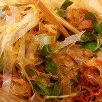Photo taken at Bánh tráng trộn & gỏi cuốn by Kim H. on 9/14/2012