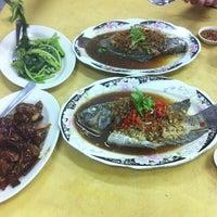 Photo taken at Restaurant Lan Je (兰姐清蒸非洲鱼) - Kepong by Alan Ling on 12/2/2012