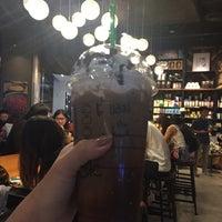 Foto tomada en Starbucks por Am K. el 9/16/2017