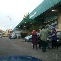 Photo taken at Giant Hypermarket by Azhar Y. on 9/14/2013