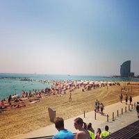Foto tirada no(a) Praia da Barceloneta por Евгений М. em 7/12/2013