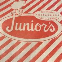 Foto tirada no(a) Junior's Restaurant por Andrew L. em 2/13/2018