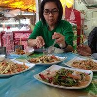 Photo taken at ส้มตำ ร้านส้มตำเจ๊ไหม by Pukkanan T. on 5/2/2013