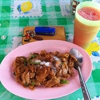 Photo taken at เจ้อี๊ด ราดหน้า-ผัดซีอิ๊ว by Chananya C. on 12/21/2012
