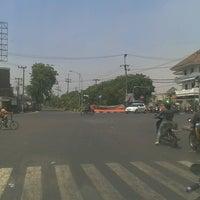 Photo taken at Perempatan Kedung Cowek by Fi Hwang Tanangto 陳. on 9/14/2013