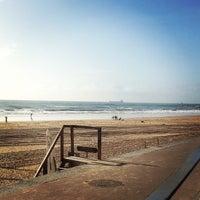 Foto tirada no(a) Praia de Carcavelos por Pedro M. em 12/20/2012