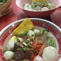 Photo taken at ร้านก๋วยเตี๋ยวลูกชิ้นปลา by juthamat k. on 8/18/2013