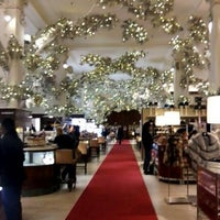 Photo prise au Saks Fifth Avenue par Sakina S. le12/18/2012