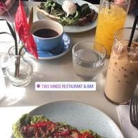 รูปภาพถ่ายที่ Two Hands Restaurant & Bar โดย María T. เมื่อ 4/23/2017