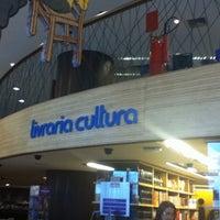 Foto tirada no(a) Livraria Cultura por Silmara B. em 12/20/2012