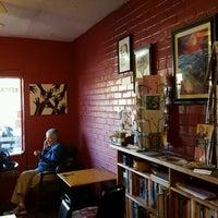 Foto tomada en Revolutionary Grounds Coffee & Bookstore por Bruce W. el 2/25/2017